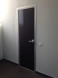Дверь стеклянная в алюминиевой раме